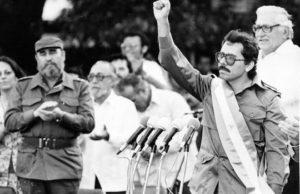 (foto de archivo, jv) Fidel Catro aplaude a Daniel Ortega, durante la toma de posesion en 1985, La Prensa/cruz flores
